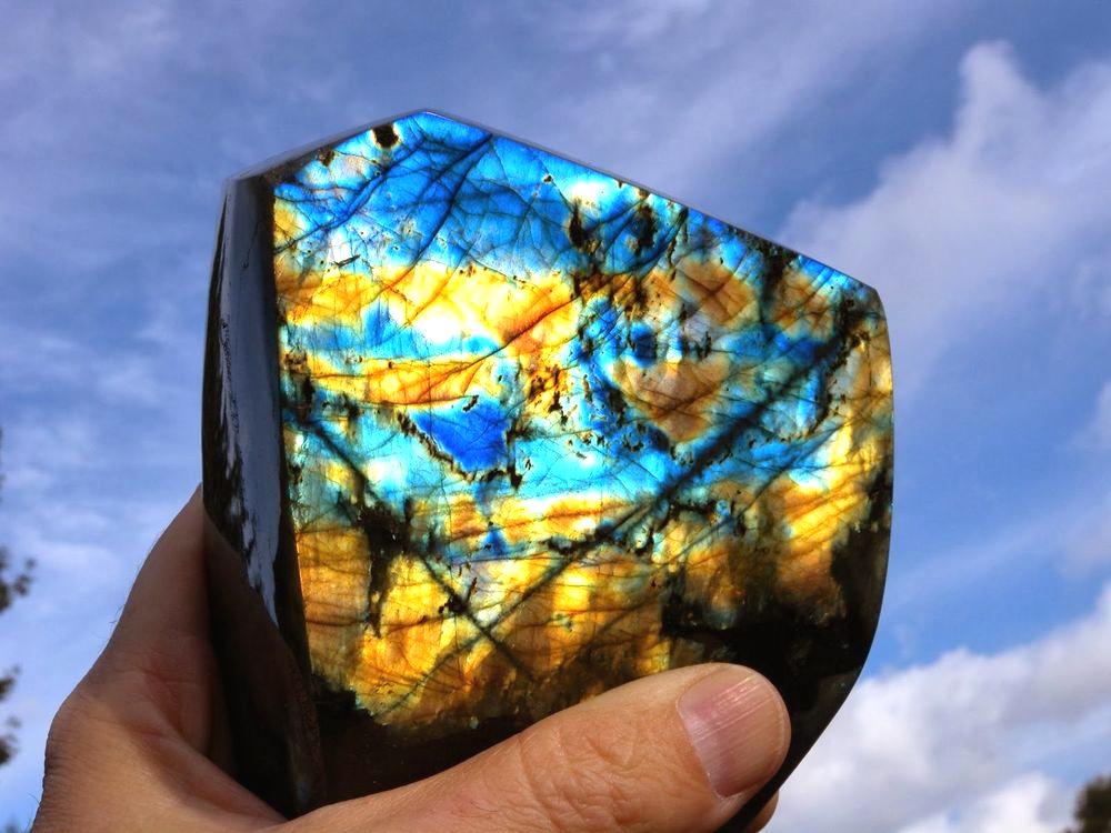 Минерал лабрадор: сокровище земных глубин